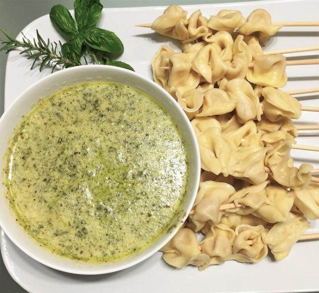 Receta Aperitivo Pinchos de Tortellini con Dip de Pesto Cremoso