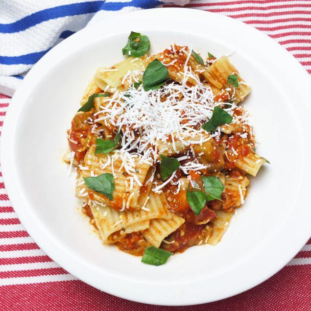Receta espectacular de pasta con salsa de tomates y berenjena. www.ensalpicadas.com