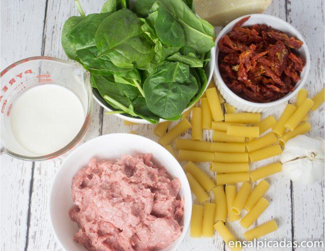 Receta de pasta (macarrones) con carne molida de pavo, tomates secos y espinaca en salsa cremosa.