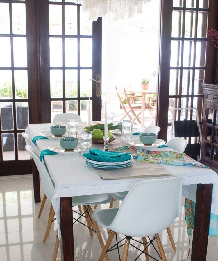 Mesa Decorada con Blanco y Turquesa