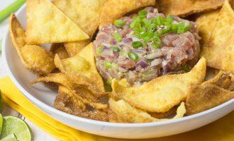 Receta deliciosa de Tartar de Atún con aguacate y mango, servido con chips de wonton.