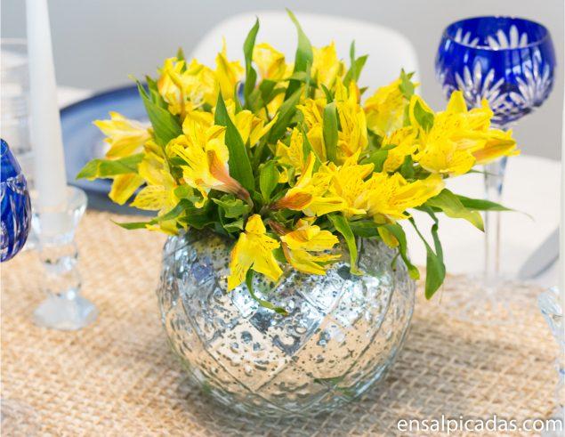 Arreglo sencillo con flores amarillas.