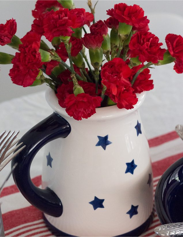 Mesa Decorada Rojo, Azul y Blanco
