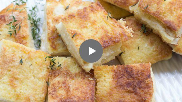 Video de sandwiches empanados de queso suizo