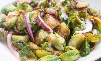 Crispy Brussels Sprouts Coles de Bruselas con tocineta, cebolla piclked y una salsita light