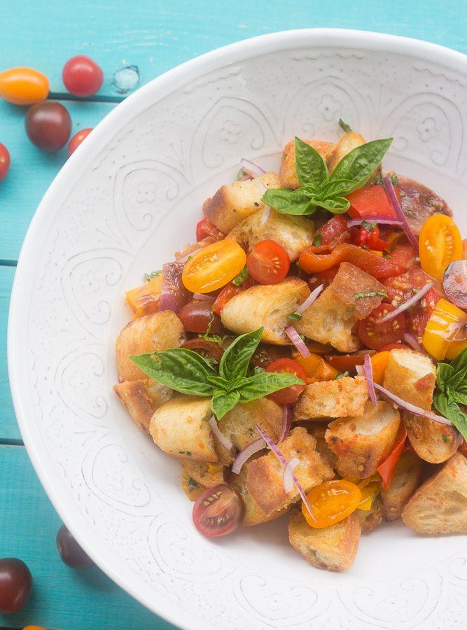 Receta de Ensalada de Vegetales, tomates y pan llamada Panzanella