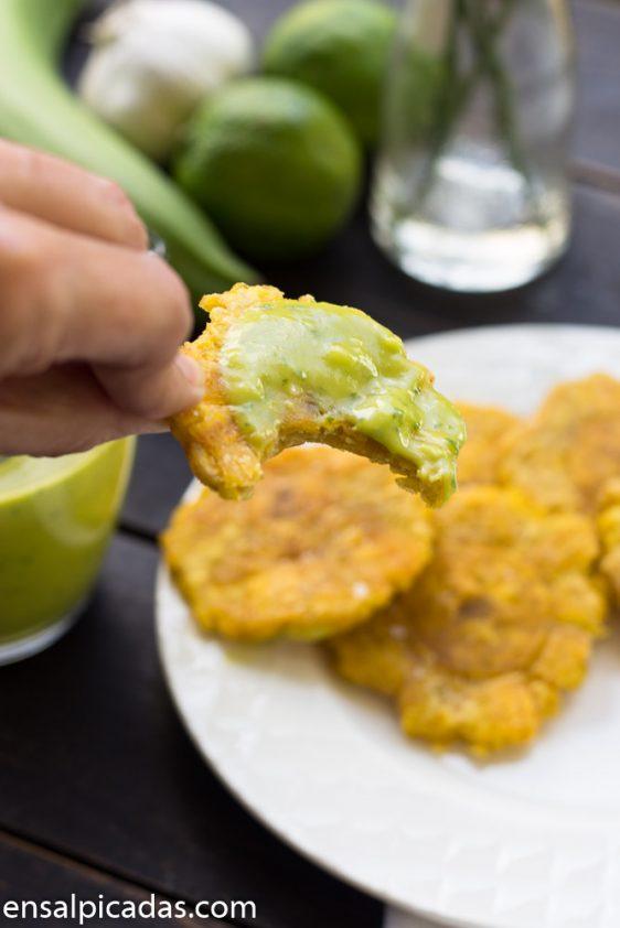 Receta de Mojo Verde. Una salsa verde a base de aguacate cilantro y jugo de lima.