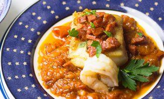 Receta de filete de pescado blanco (bacalao) con chorizo sobre salsa rústica