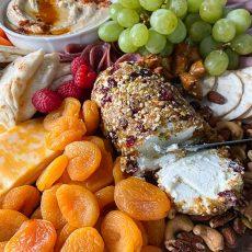 Entremeses Fríos y receta de Rollo de queso con nueces y frutos secos.