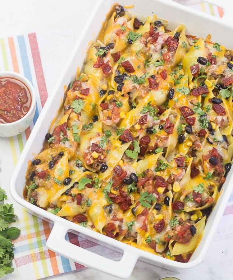 Receta de pasta shells rellenos de carne molida de tacos, con queso y chorizo.