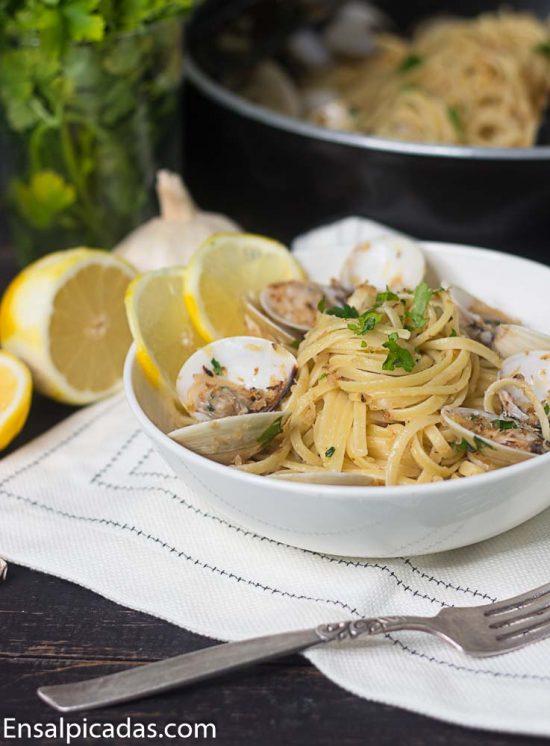 Receta de pasta linguini (linguine) con almejas en salsa blanca (vongole)
