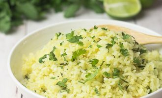 Receta de Arroz con Cilantro (cilantrillo) y jugo de lima (limón verde).