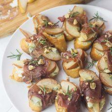 REceta de tostaditas con prosciutto, pera y queso
