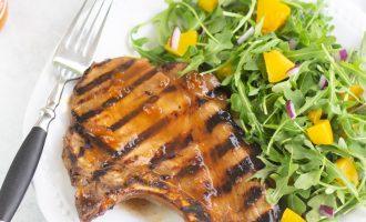 Receta de chuletas de cerdo a la parrilla con una deliciosa y fácil salsa de albaricoque